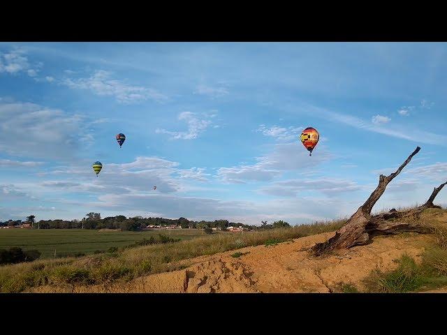 Balões colorem o céu de Araçoiaba da Serra