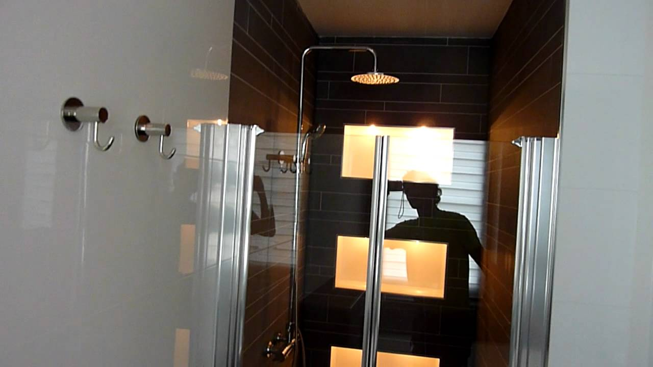 Badkamer met TV,nissen en verlichting onder het bad - YouTube