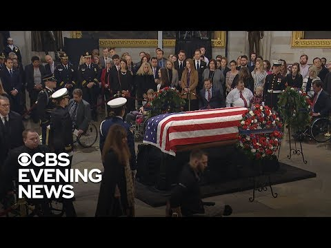 Смотреть Bob Dole stands to deliver unforgettable salute to George H.W. Bush онлайн