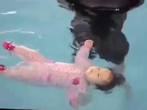 Дети малыши в бассейне. Kids and swimming