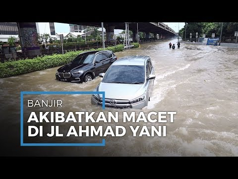 Banjir di Kawasan Jalan Ahmad Yani Akibatkan Beberapa Kendaraan Mogok dan Macet - 동영상
