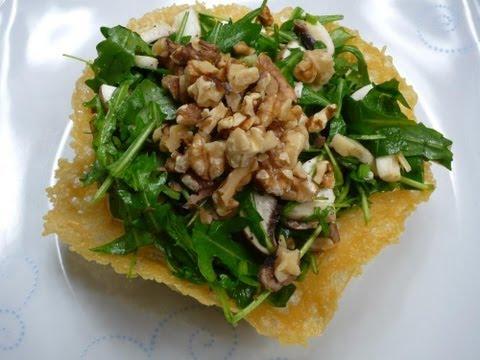 Rucola-Salat mit Walnüssen im Parmesan-Körbchen