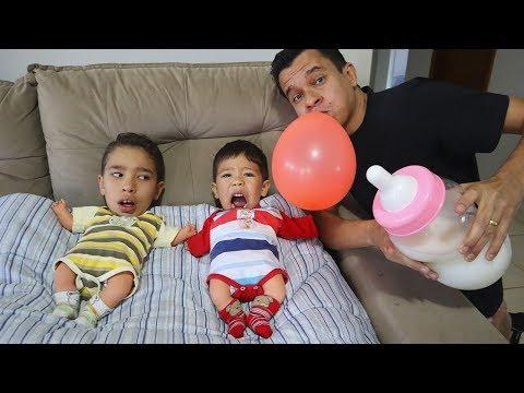 Rafael e João Pedro finge brincar de bebê e o papai não sabe o que eles querem - Parte 3