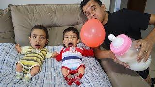 Rafael e João Pedro Brincam com Bebês e Fingem ver o Pai Pela Primeira Vez