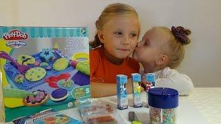 Николь с сестричкой лепит из пластилина !