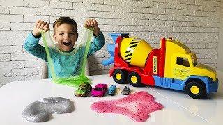 Марк сделал разноцветные волшебные слаймы лизуны с машинками.