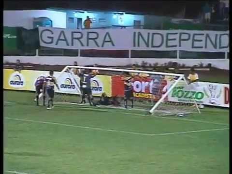 BIZARRO! Fábio Ferreira evita gol se enrola com a rede e a trave cai