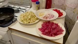 Gigione presenta, tonno fresco, melanzana fritta, pomodorini e mezzi paccheri.