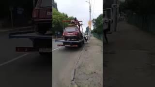 """Разбитый """"ВАЗ"""" из Петербурга эвакуировали на штрафстоянку"""