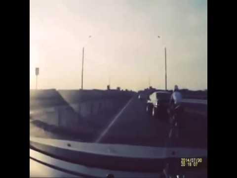Невероятная авария мото водитель счастливчик-акробат Unbelievable Lucky Driver Motoavariâ-Acrobat