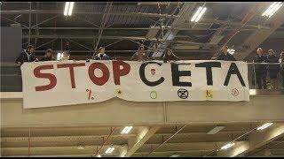 """Salon de l'agriculture : une banderole """"STOP CETA"""" déployée (22 février 2020, Paris)"""