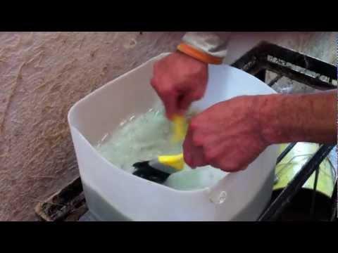 Limpando pincel impregnado com gel coat utilizando o detergente industrial ecologico WD