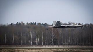 """Lietuvoje - moderniausi pasaulyje JAV naikintuvai F-22 """"Raptor"""""""