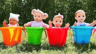 Diana juega a ser la niñera de los Baby Dolls