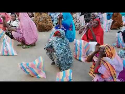 الطريقة الكركرية بجمهورية الكاميرون تقوم بتوزيع مواد غذائية على الأسرة المعوزة
