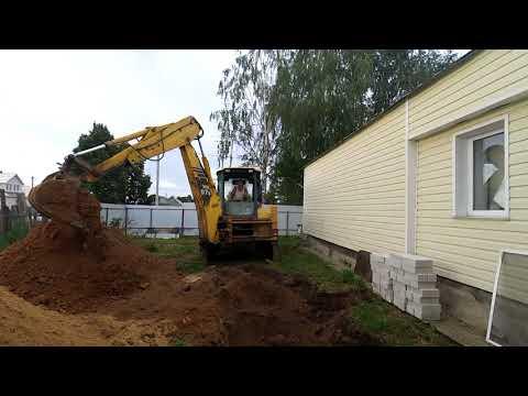 Федя на экскаваторе копает  яму в Раменье и ставит кольца