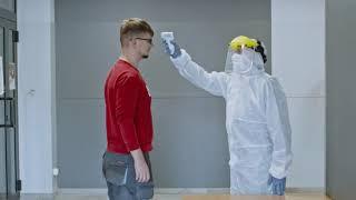 Bezpieczeństwo w firmie podczas Covid-19: praca w fabryce i na budowie