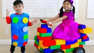 웬디는블록을장난감자동차와재미있는어린이장난감으로변신시키는가상놀이를함