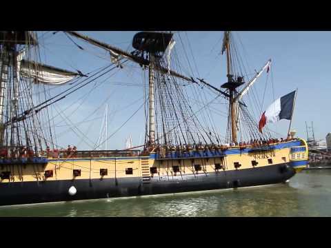 L'hermione quitte le quai du bassin des chalutiers La Rochelle