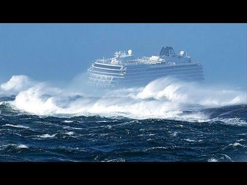 ¡Mira Lo Que Sucede Cuando un Barco Queda Atrapado en una Tormenta!