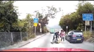 【車Cam直擊】私家車疑入錯線 撞飛外籍男及女童