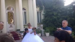 Уронил невесту.