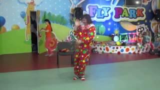 Фокусы с кольцами на развлечении клоуна в