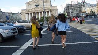 Москва - театральная площадь, девушки и крутые тачки