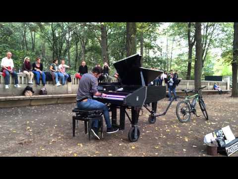 Davide Martello (Klavierkunst) @ Brandenburger Tor (Berlin)