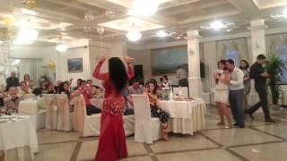 Танцовщица в ресторане ЕРЕВАН(, 2013-06-18T20:48:08.000Z)