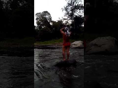 Ngintip Cewek Cantik Lagi Mandi Di Sungai, Senyel Kalau Nggak Liat.