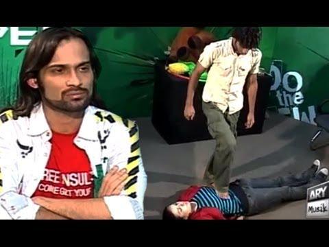 Waqar Zaka Larki Ko Diya Aesa Dare Shayd Hi Koi Larki Kar Pai - Living On The Edge