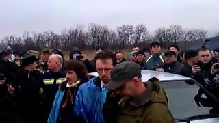 Часть 18   В городе Ровеньки, Луганской обл  было задержано 3 Камаза с военными и оружием  13 04 201(13.04.2014 При въезде в город Ровеньки, Луганской области была задержана колона из 3-х военный камазов, Местными..., 2014-04-13T20:28:41.000Z)