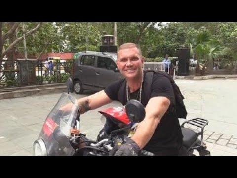 Nacho Vidal pasa del Kamasutra y 'monta' motos en la India