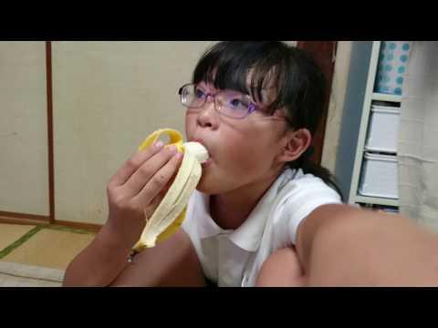 女の子がチンパンジーみたいにバナナを食べる!?ウッキッキ~!!