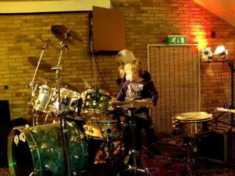 denzel aan het drummen met cindy davis