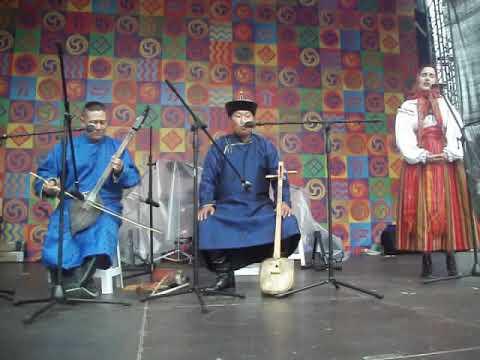 Экспериментальный номер участников фестиваля: русская народная песня и тувинский хоомей