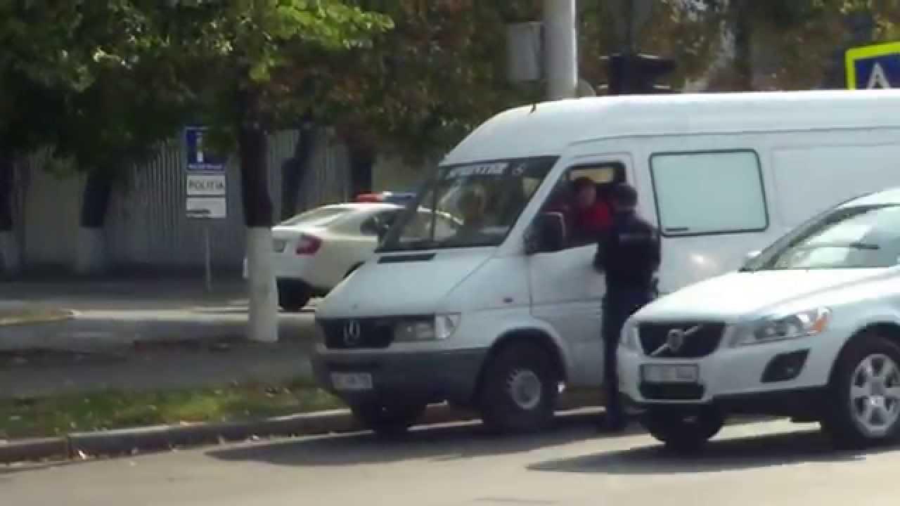 Poliția de pe bulevard se plictisește așteptînd oficiali