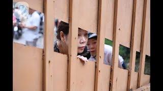 Tin Đc Ko -  Gần 900.000 thí sinh bắt đầu làm bài Ngữ văn dài 2 tiếng, bố mẹ vẫn nán lại trước cổng