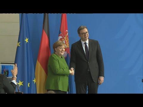 Merkel poručila Vučiću: Imate dosta napetih situacija i želimo pomoći