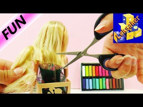 Barbies häftiga förändring STORY   Barbie hos frisören - klippa och färga   ny look