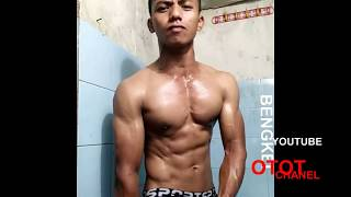 Baixar Flexing Muscle and Bodybuilding Pose Before Take a Bath