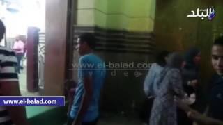 بالفيديو.. رغم قرار الأوقاف.. السيدات والرجال يدخلون من بوابة «عمر مكرم» الرئيسية