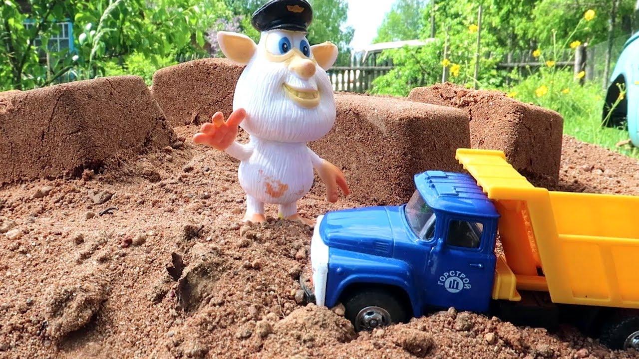 Буба и Экскаватор ищут сюрпризы в песке. Видео с игрушками из мультфильмов