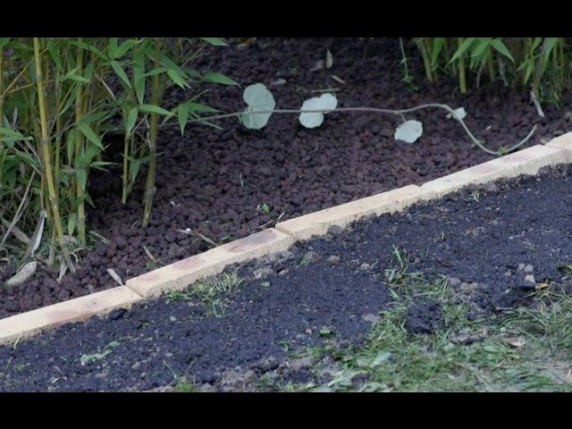 une bordure de jardin avec des briques