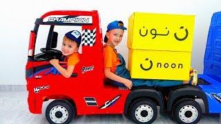 Vlad und Nikita geben vor, mit Lastwagen für Kinder zu spielen
