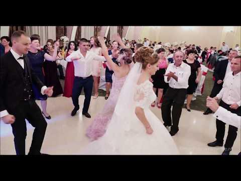 Toată lumea dansează cu... nașa !