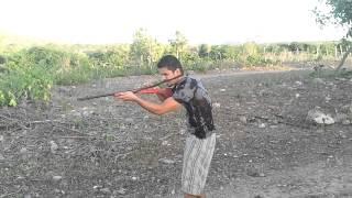 atirando de espingarda socadeira.