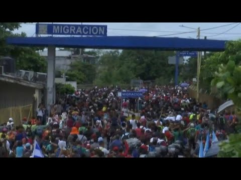 شاهد: حشود من المهاجرين يقتحمون السياج الحدودي بين المكسيك وغواتيمالا…  - 23:53-2018 / 10 / 19