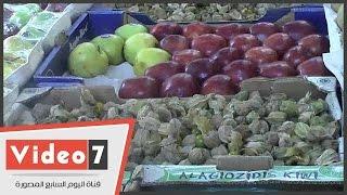 """بالفيديو..شاهد أسعار الفاكهة بالأسواق..بائع:"""" الدولار قلل استيراد الفاكهة"""""""